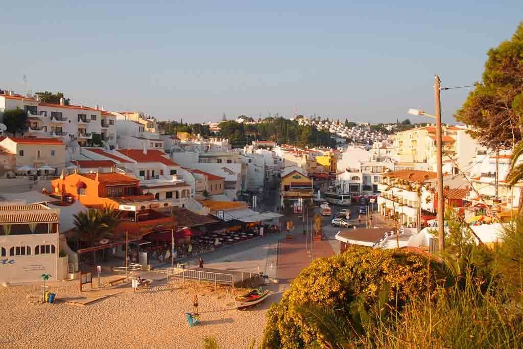 Vom Strand nach Carvoeiro an der Algarve Portugal