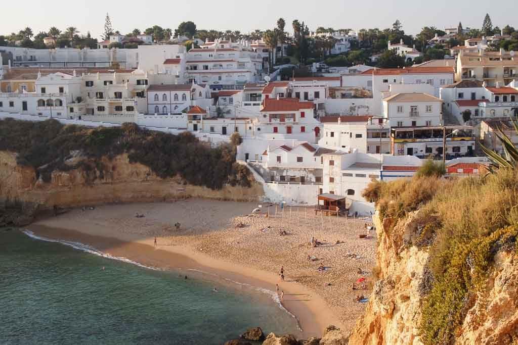 Der Strand von Carvoeiro an der Algarve in Portugal