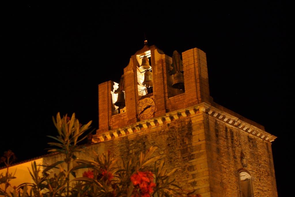 Glockenturm das Kathedrale in Faro bei Nacht