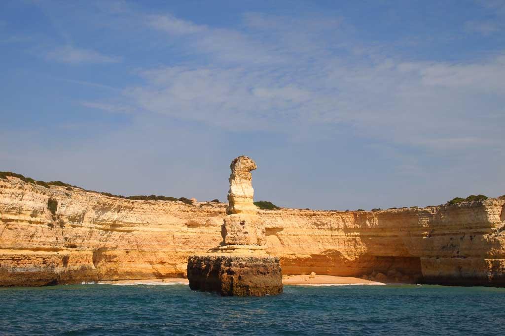 Steilküste mit Felsformation bei Albufeira in Portugal, Algarve