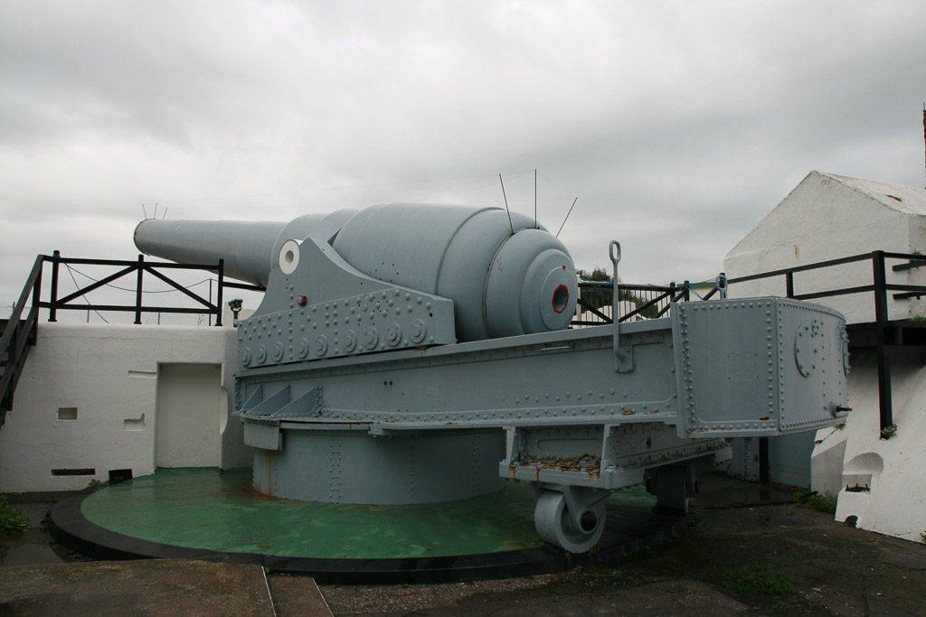 100 Ton Gun im Hafen von Gibraltar