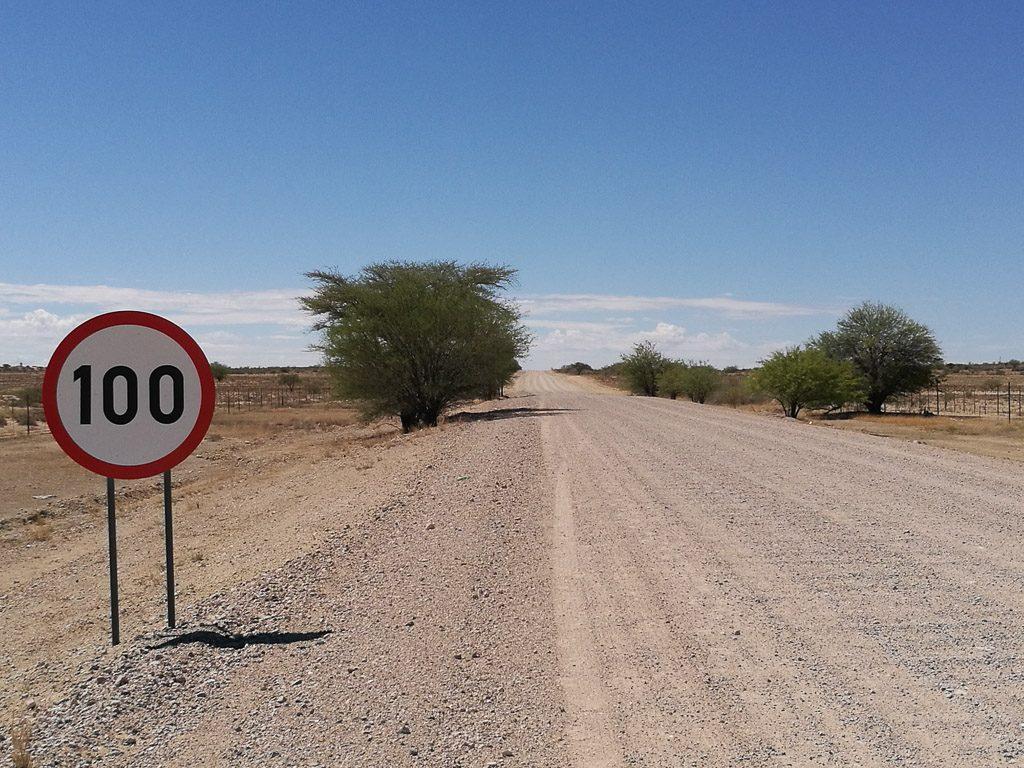Endlose Straße in die Kalahari