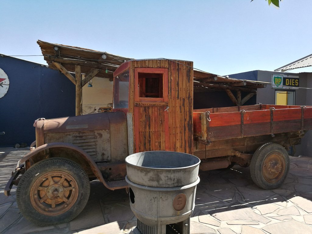 LKW Oldtimer am Roadhouse in Namibia