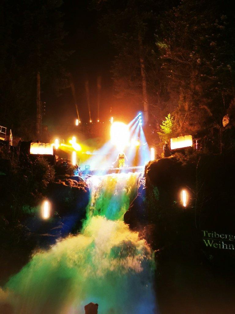 Feuershow im Wasserfall beim Triberger Weihnachtszauber