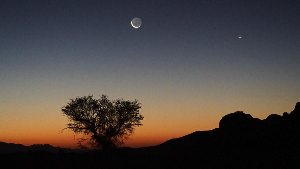 Sonnenuntergang mit Mond im Tiras Gebirge