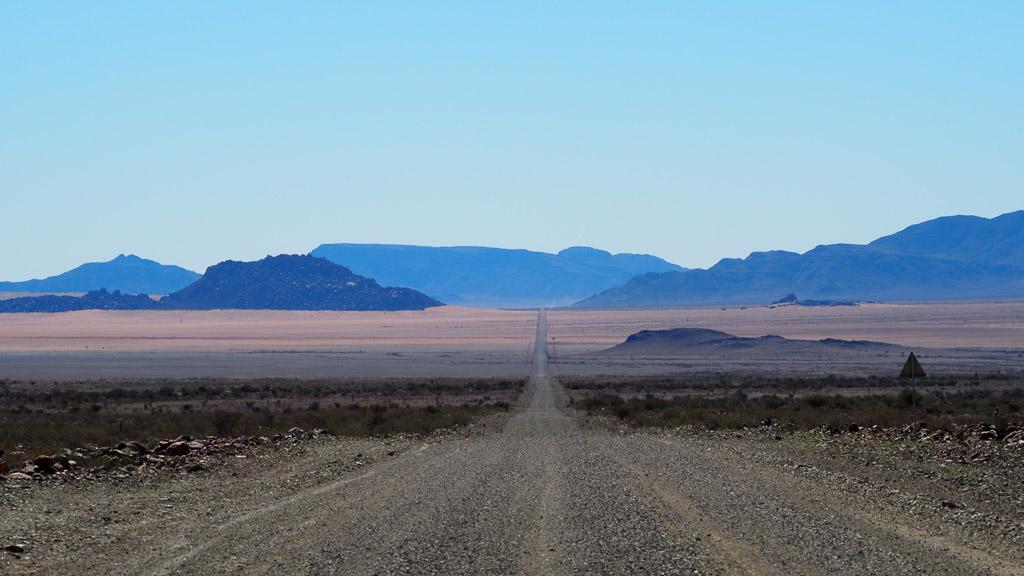 Foto: Lange gerade Straße in der Wüste Namibias
