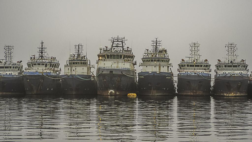 Alte Schiffe einer Austerfarm in Namibia