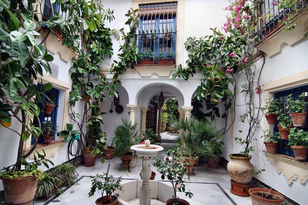 Mit Blumen geschmückter Innenhof in Cordoba