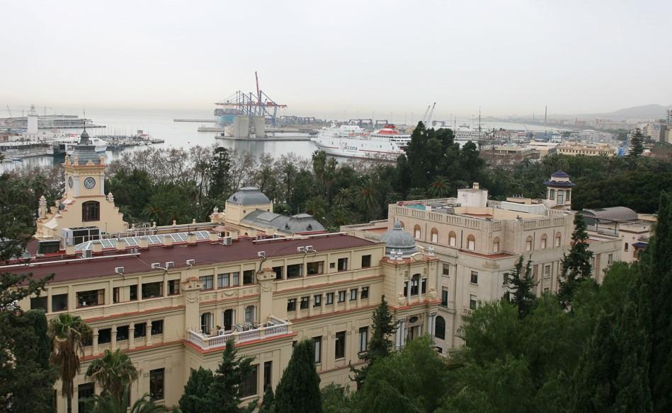 Blick von der Palastanlage Alkazaba in Malaga auf den Hafen