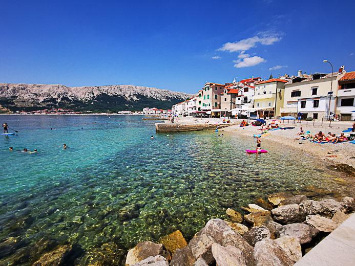 Der Strand von Baska auf der Insel Krk in Kroatien