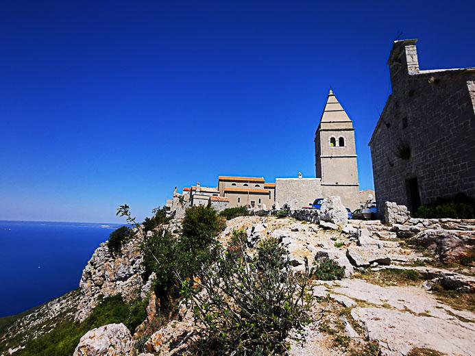 Das Gebirgsdorf Lubenice auf der Insel Cres in Kroatien