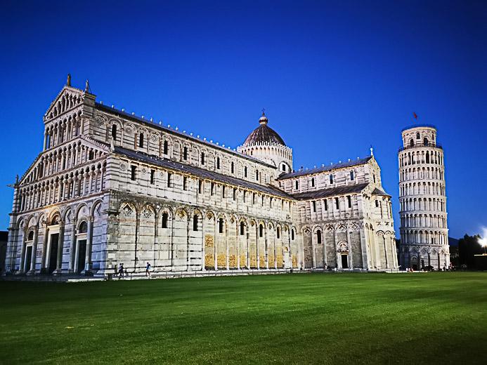 Der schiefe Turm von Pisa zur blauen Stunde