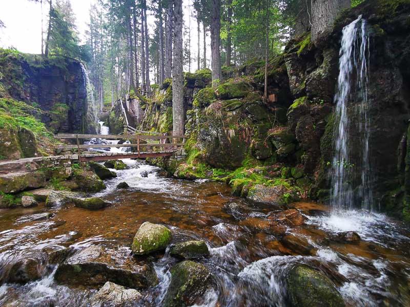 Foto: menschenleere Menzenschwander Wasserfälle im Schwarzwald nahe Feldberg