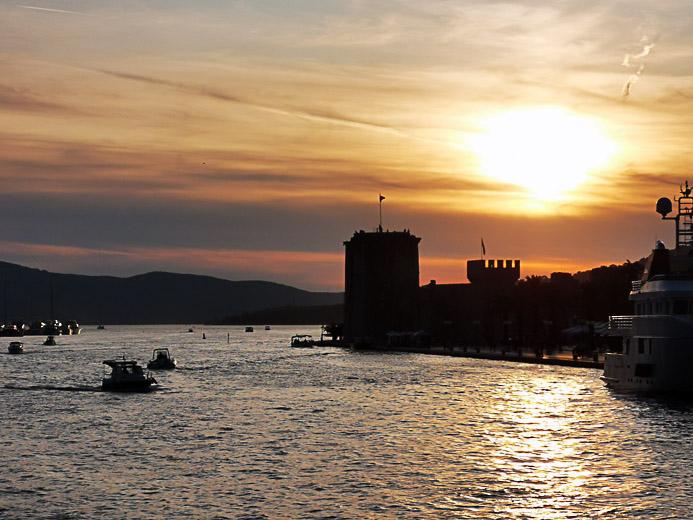 Blick auf die Burg Trogir bei Sonnenuntergang- Kroatien