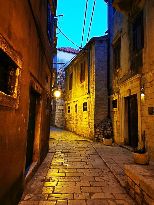 Gasse bei Nacht in Sibenik - Kroatien