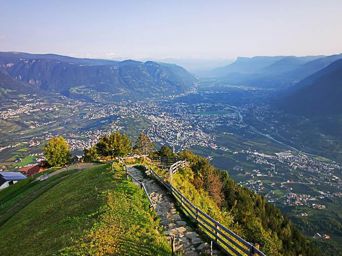 Blick vom Berg Hochmuth auf Meran
